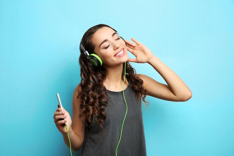 音楽を聞く女性