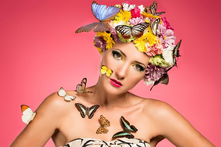 蝶を纏う女性