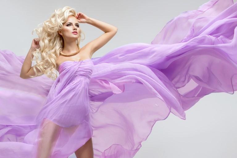 紫色のドレスの女性