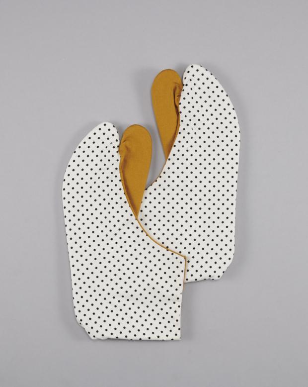 ラブリス足袋(白X黒)からし色・ドット